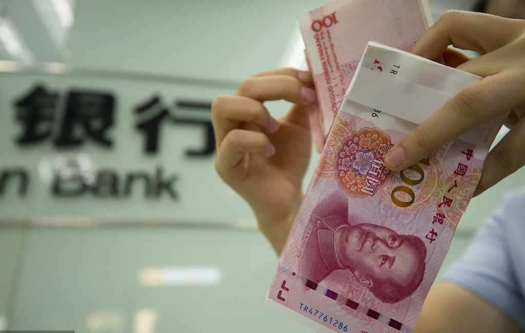 Yuan drops to 1-year low amid worsening trade woes