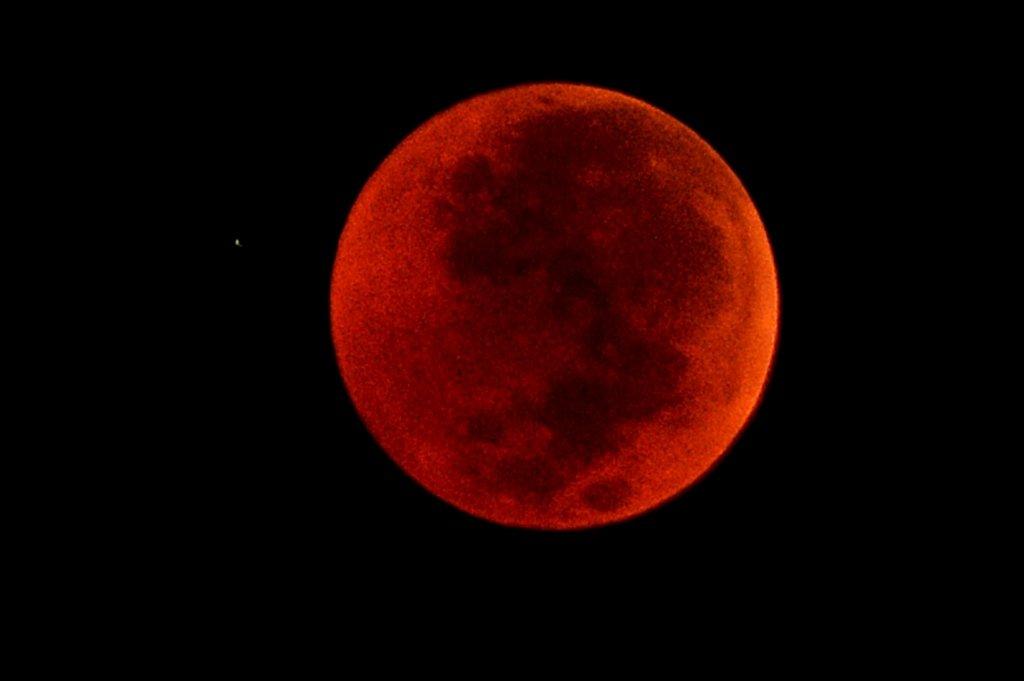 People watch longest total lunar eclipse of century around world