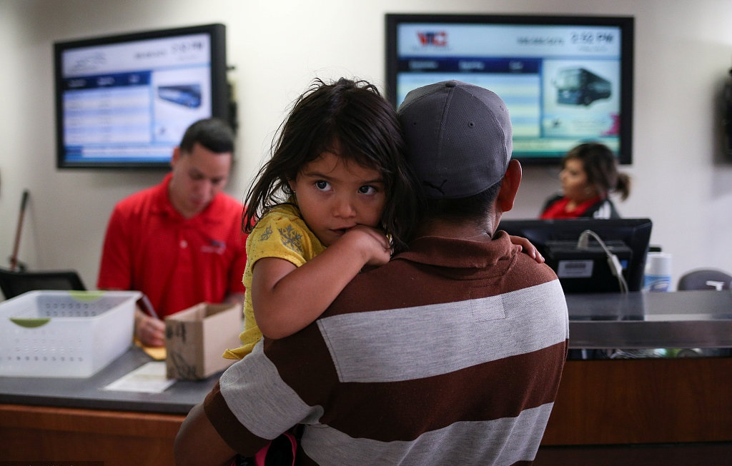 After deadline, many children of migrant families still not reunited with parents