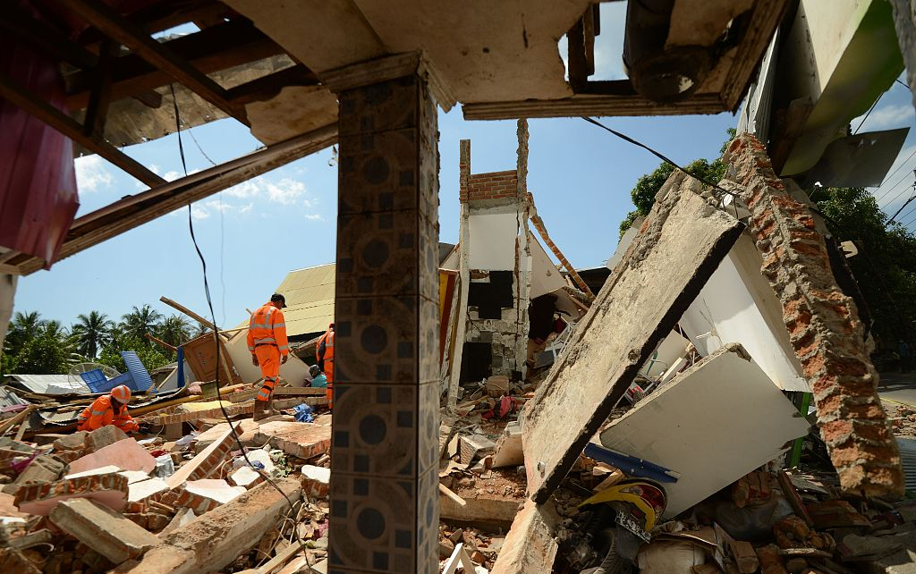 Death toll from Indonesia earthquake reaches 105, with over 4,000 tourists evacuated