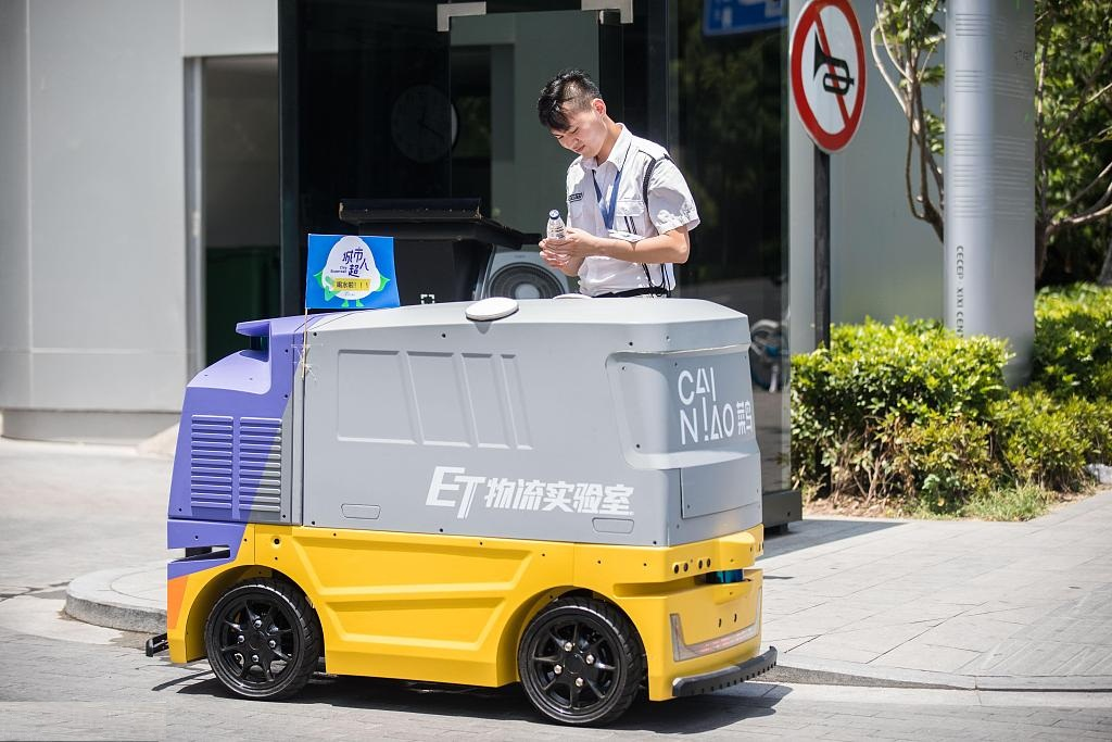 Autonomous vehicle delivers water to outdoor workers in Hangzhou