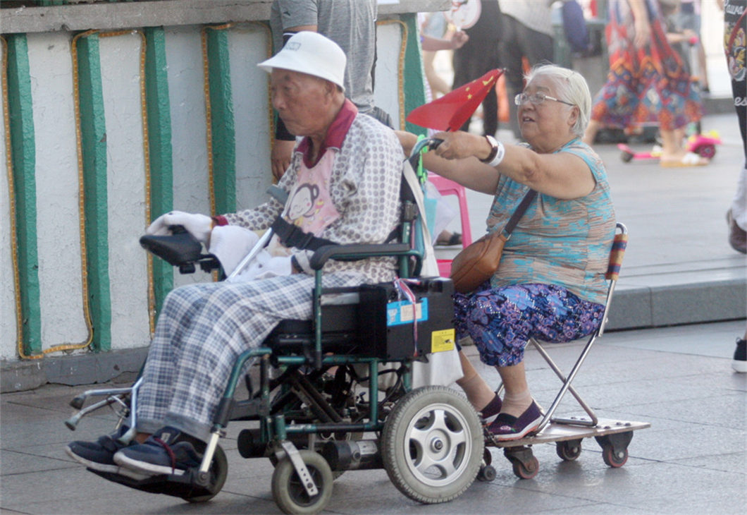 I'll push you! Meet the old couple's romantic 'move'