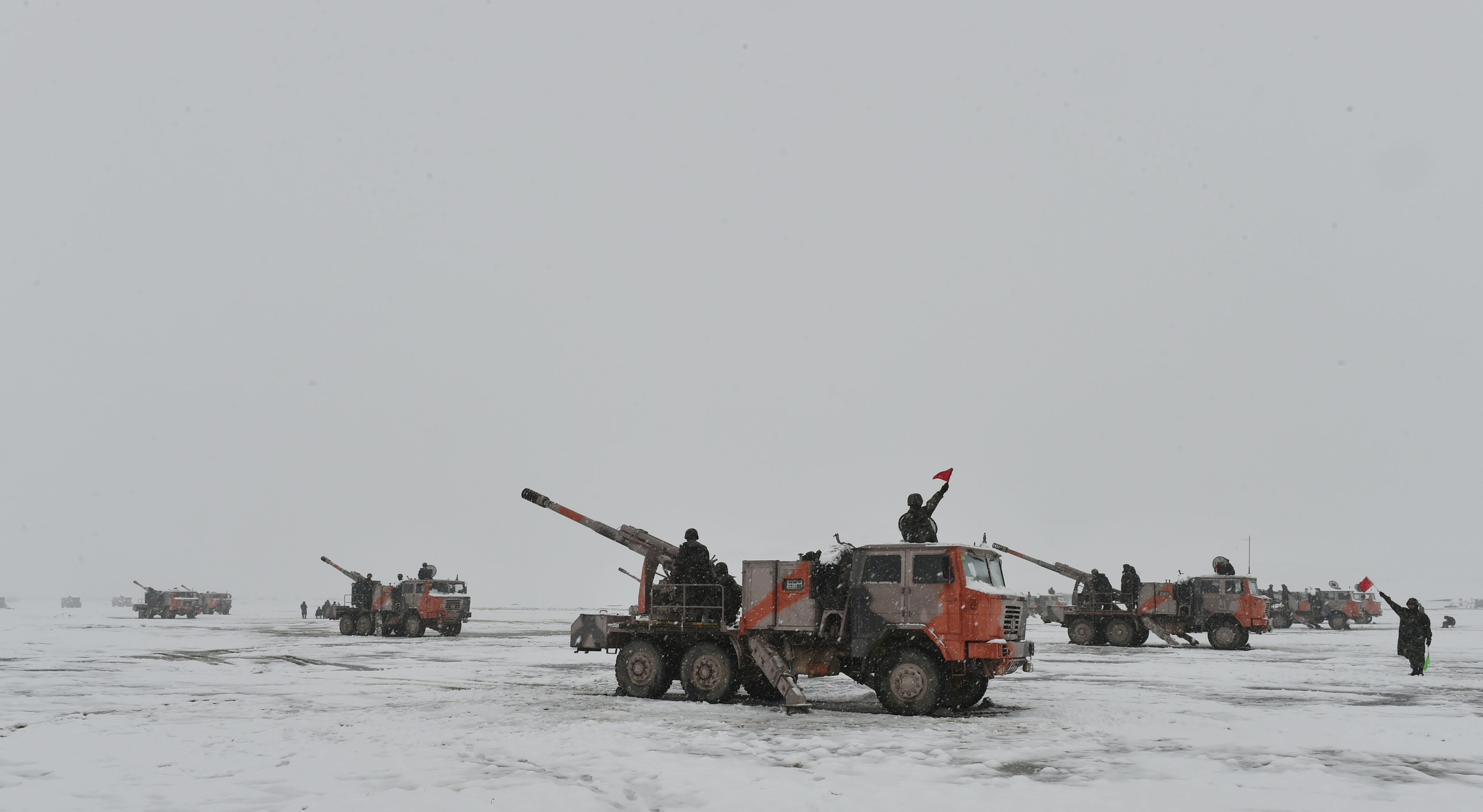 PLA conducts live-fire drill on Qinghai-Tibet plateau