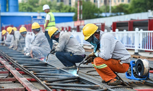City-builders stick to posts amid heat wave in Nanjing, China's Jiangsu