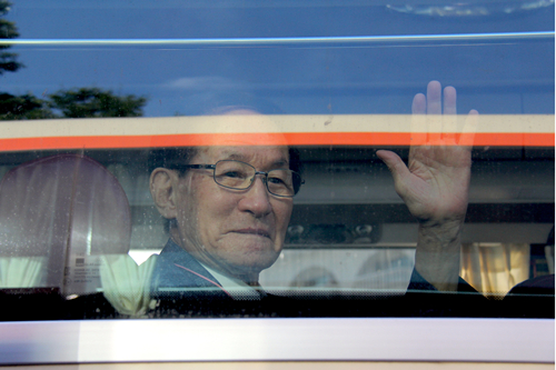 Elderly South Koreans reunite with family in North Korea