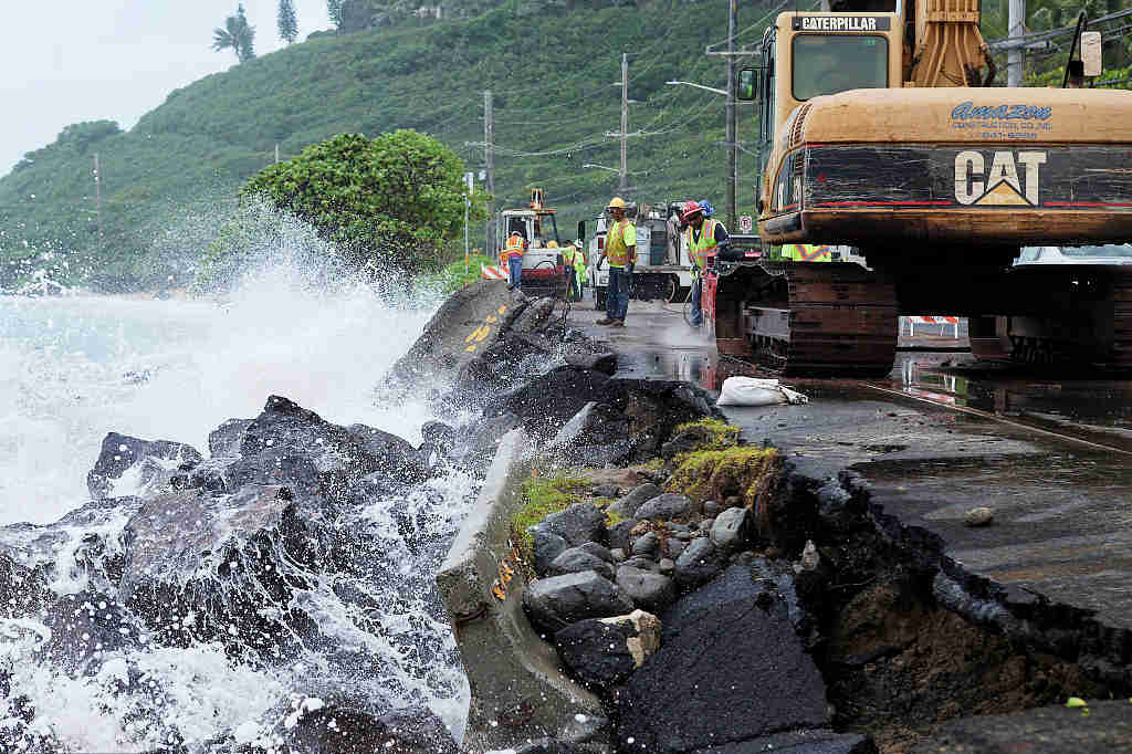 People stock up on water, ramen as hurricane menaces Hawaii