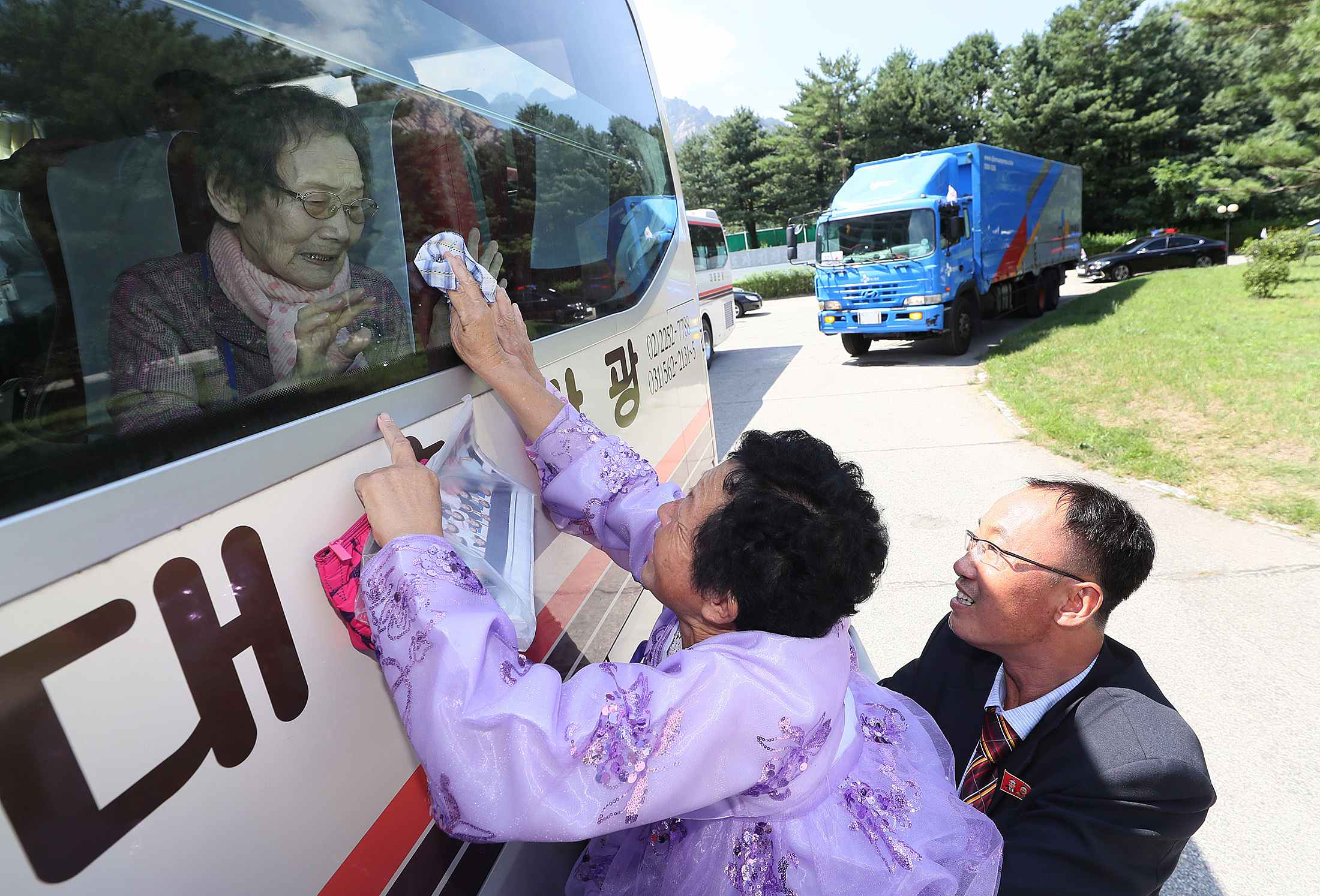 Video: Emotional farewells as North and South Koreans part for last time