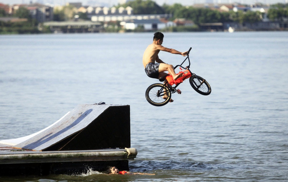 """""""Jumping into the East Lake"""" in Wuhan"""
