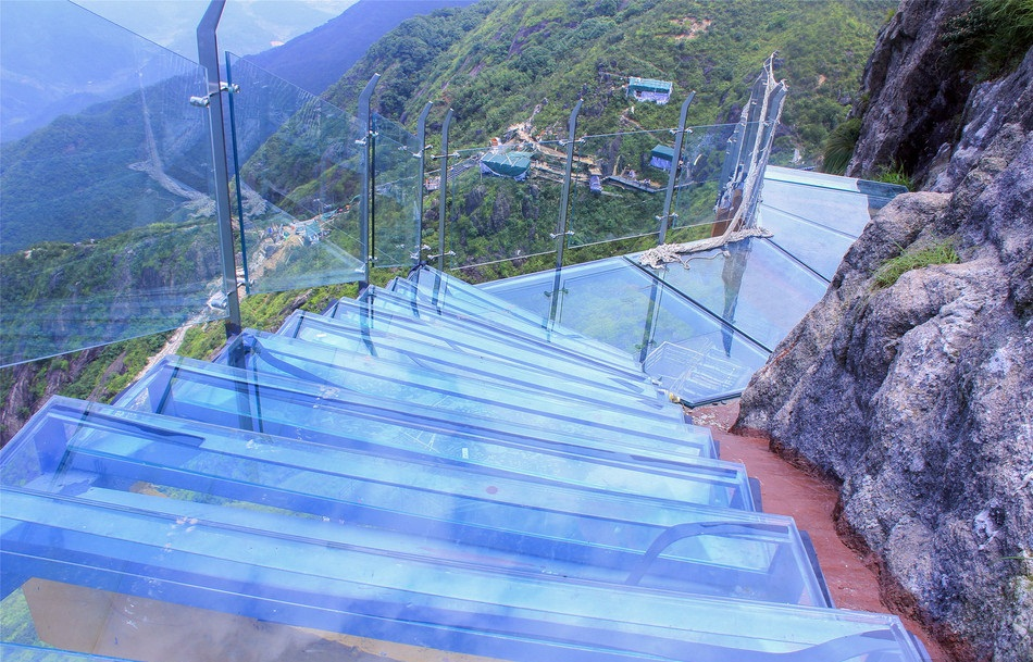 China's first glass-bottomed ladder along cliff will open in Guangdong