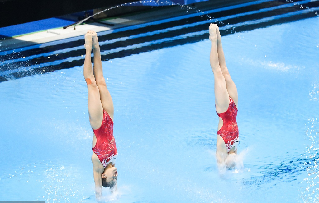 Perfect demonstration of 10m synch diving for gold-winning Chinese pair
