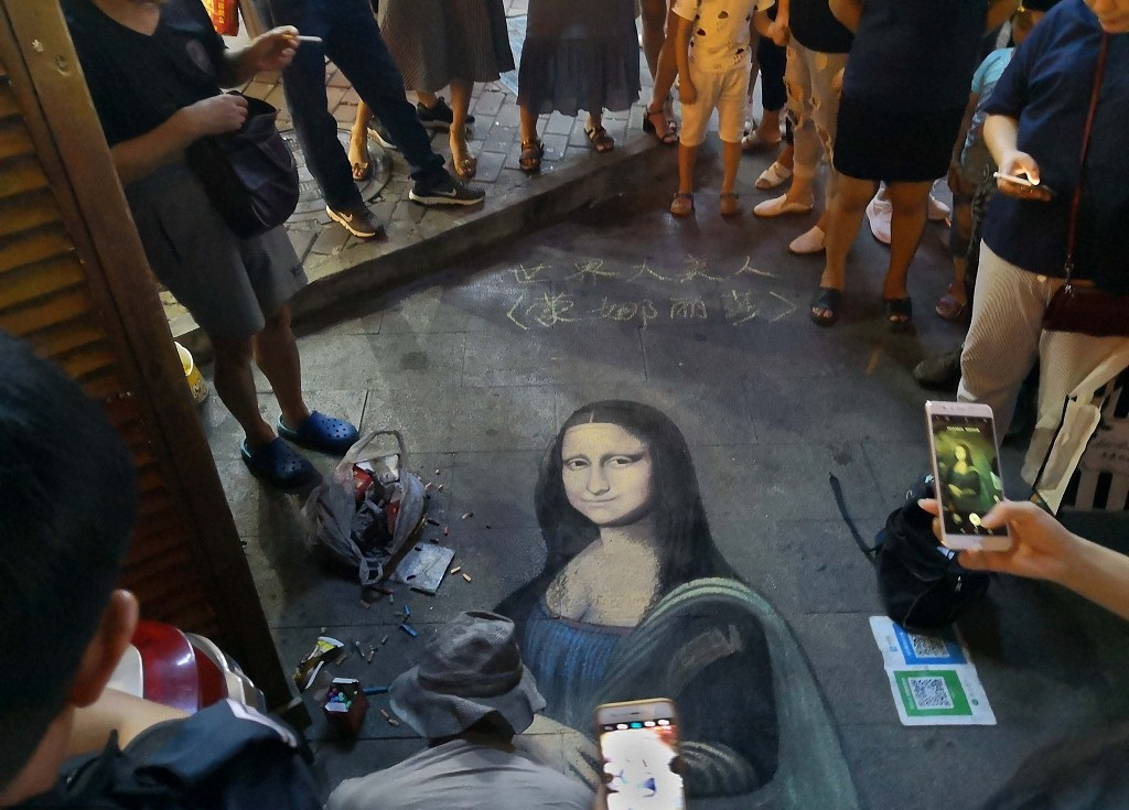 Artist spends hours drawing Mona Lisa with chalk in east China