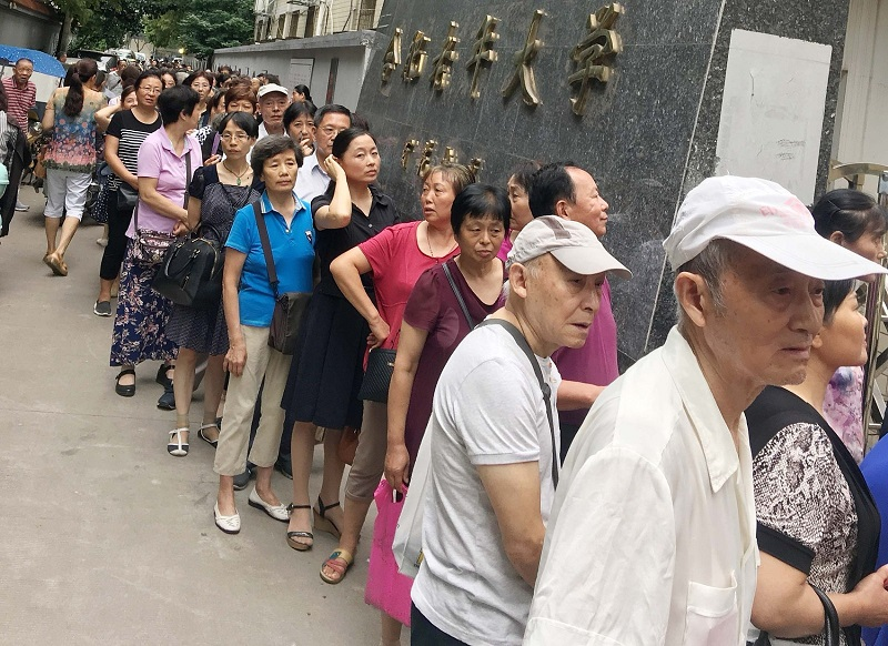 Chinese elderly queue up to go to university