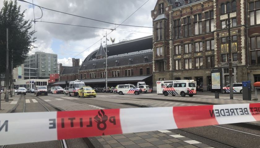 Dutch police shoot suspect after stabbing at train station