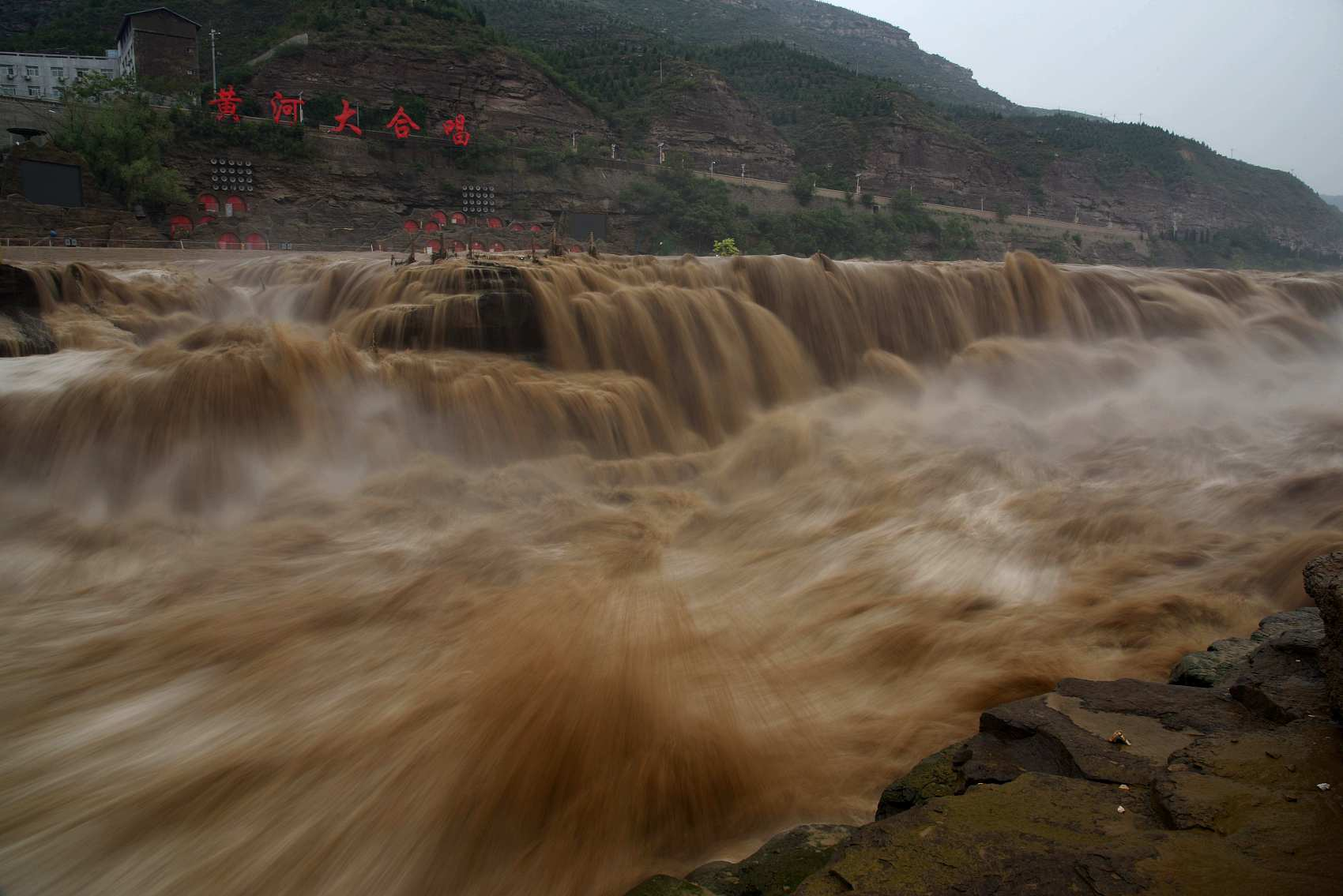 Water volume of Yellow River's Hukou Waterfall increases, attracting many tourists