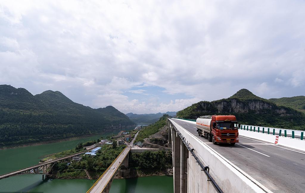 Giant bridge opens in southwest China