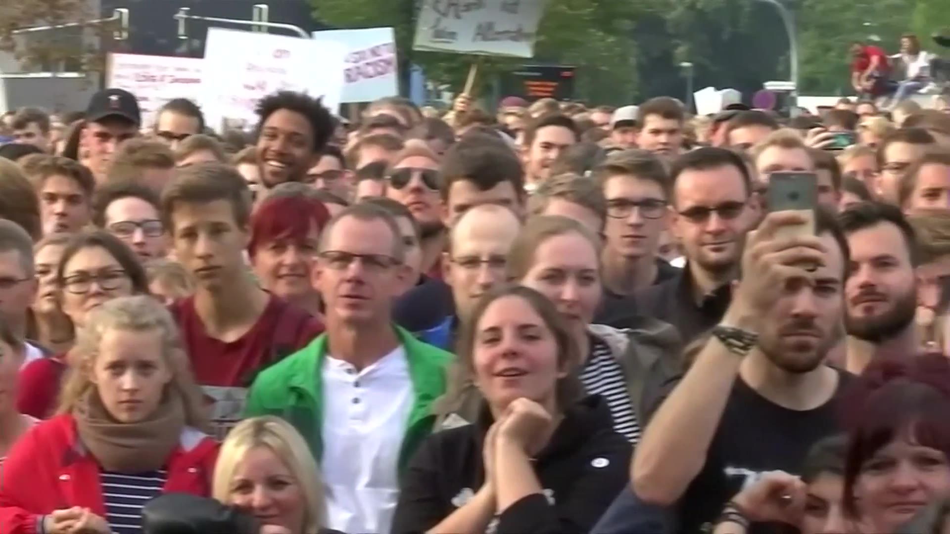 Video: Tens of thousans peacefully attend Chemnitz anti-racism concert