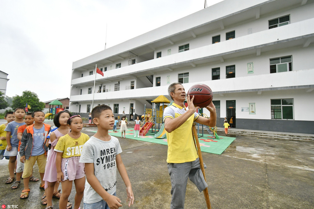 One-legged teacher sticks to his job for 39 years in country primary school