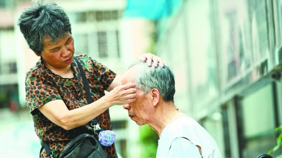 71-year-old woman finds creative solutions for husband with Alzheimer's