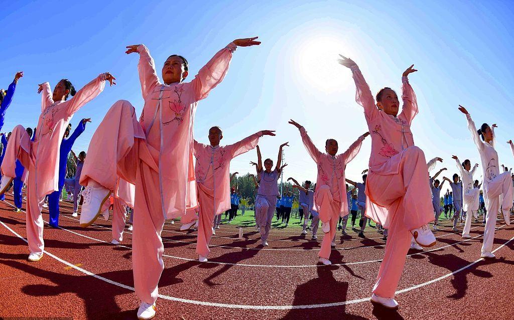 Tens of thousands of people practice Wuqinxi in Anhui