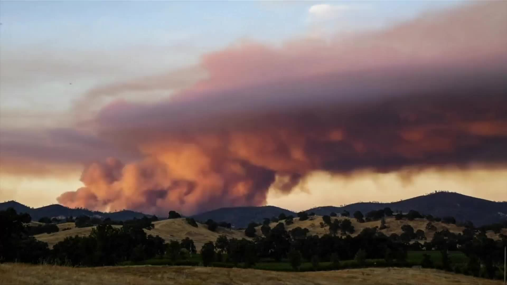 Video: Time-lapse shows California wildfire over sunset