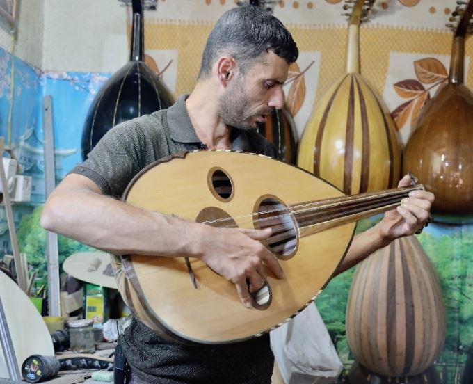 Lute manufacturing in Baghdad resists extinction