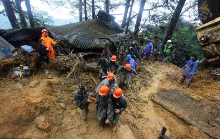 30 miners killed in landslide in northern Philippines