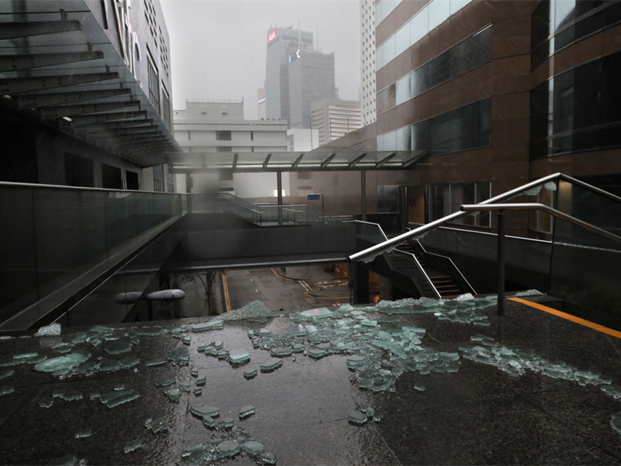 Typhoon Mangkhut lashes Hong Kong after killing 64 in the Philippines