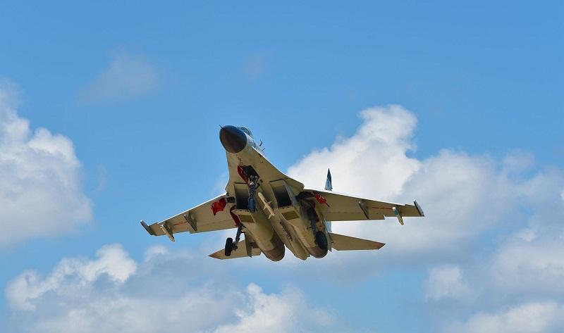 Fighter jets conduct flight training near S. China Sea